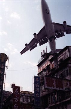 Hong Kong old picture - Kowloon City 九龍城 The former Kai Tak International… Hong Kong, Kai Tak Airport, Kowloon Walled City, Fear Of Flying, Civil Aviation, Boeing 747, Jet Plane, Air Travel, Belle Photo