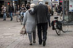 PvdA, VVD en D66 belijden met de mond de zorgzame samenleving maar in de praktijk minachten en discrimineren ze ouderen, meent Vick de Caluwé. Deelt u het standpunt van deze lezer? We kijken uit naar uw reactie.