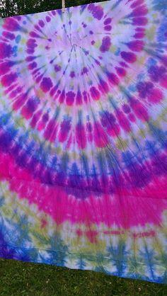 Tie dye sheets to make in the backyard :) Tie Dye Bedroom, Tie Dye Bedding, Tie Dye Sheets, 60s Theme, Tie Dye Party, Pink Dye, Hippie Party, Tie Dye Crafts, How To Tie Dye