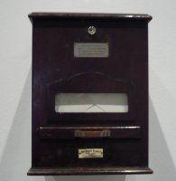 Fecha: 1960 Materia: Cristal, chapa de madera pintada, metal y papel Técnica:  Assemblage  Dimensiones: 29 x 21,5 x 23 cm  Categoría:Escultura  Año de ingreso: 2010 Nº de registro: DO01442 Colección Onnasch Kunsthandel, Berlín
