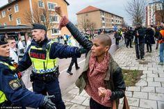 Uma mulher enfrenta uma manifestação fascista na Suécia - http://controversia.com.br/206