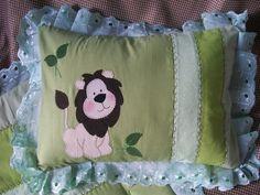 Almofadinha decorada, em patchwork, para carrinho de passeio ou berço. <br>Contendo almofada e fronha. <br>Encomende em outras cores ou tema.