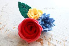 フェリシモ(株) クチュリエとPieniSieniがコラボ!フェルトお花のキットを企画開発させて頂きました。巻く、貼る、固めるなどの技法でお花を表現します。裁断が難しい部分のフェルトは型抜き済みになっています。工作気分で気軽に作る事が出来ます。こちらは「薔薇」のブローチです。felt flower brooch corsage by PieniSieni