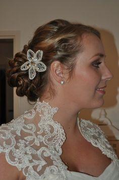 Bruidskapsel met bloemkam wedding hair updo with comb by Bruid en Beauty Almere