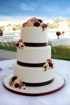 Elegante Hochzeitstorte in Weiß mit braunem Band und Marzipan-Rosen