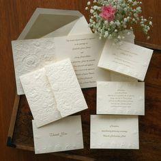 Floral Embossed Wedding Invitation Set por TheAmericanWedding