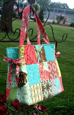 Dress Up a Patchwork Bag with Decorative Ties - Quilting DigestExceptional 10 sewing tutorials projects are offered on our web pages. Read more and you wont be sorry you did.Easy 50 Sewing tips are available on our internet Sewing Projects fo Quilted Tote Bags, Patchwork Bags, Patchwork Quilting, Patchwork Patterns, Tote Bag Patterns, Handbag Patterns, Reusable Tote Bags, Crazy Patchwork, Patchwork Designs