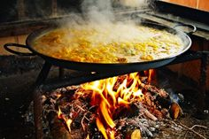 🥘 Learn Authentic Paella Recipes and Paella Instructions for All Cooking Levels. Paella recipes from Spain to enjoy them wherever. Paella Party, Best Paella Recipe, Paella Valenciana, Valenciana Recipe, Open Fire Cooking, Madrid, Spanish Food, Spanish Paella, Spanish Recipes