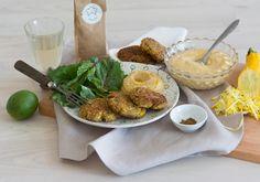 Zucchinipuffer mit selbstgemachtem Hummus und Baby-Mangold mit Himbeerdressing. #homeeathome #veggie #zucchini Zucchini Puffer, Dressing, Hummus, Dairy, Cheese, Eat, Recipes, Food, Vegetarian Meals