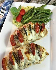 Kuracie prsia sú unás veľmi obľúbené asnažíme sa ich pripravovať vždy nejakým iným spôsobom. Tento overený recept unás už veľakrát vynikol ajeho príprava je okrem toho veľmi rýchla ajednoduchá. Budeme potrebovať: 2 kuracie prsia plátky mozarely nakrájané paradajky listy bazalky 2 KL talianskeho korenia 2 KL olivového oleja soľ ačierne korenie podľa chuti  Postup: