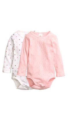 Long-sleeved bodysuits in soft, organic cotton jersey with decorative scalloped trim. Snap fasteners at one shoulder and at gusset Baby Outfits, Kids Outfits, H&m Fashion, Fashion Kids, Bodies, Baby Clothes Online, Organic Baby Clothes, Coton Bio, Heart For Kids