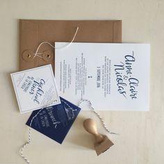 Un faire-part de mariage format A5 imprimé en Letterpress pour Anne-Claire et Nicolas. Création tout blanc un bleu pour un mariage en bord de mer.