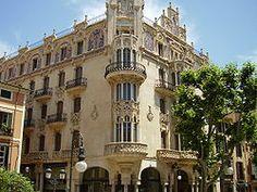 Gran Hotel (Palma de Mallorca). construcción modernista del arquitecto Lluís Domènech i Montaner, terminada en 1903, y situada en el número 3 de la Plaza Weyler. Representa una de las muestras más importantes del modernismo en la isla, con una fachada ricamente ornamentada con elementos escultóricos y cerámicas.