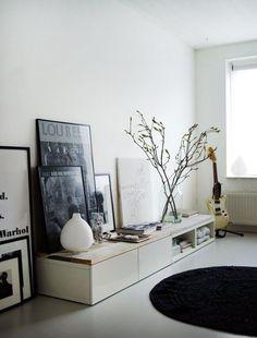 gestellte Bilderrahmen bilderpraesentation Ikea Cabinets with wooden top by Vosgeparis, via raum für zwei