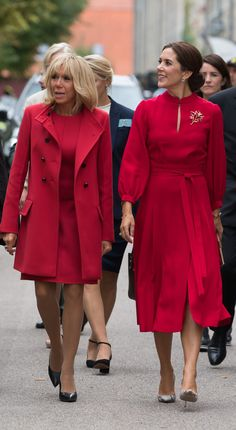 (R-L) Crown Princess Mary of Denmark and French First Lady Brigitte Macron both opt for scarlet as they take part in a wreath-laying cerem. Princesa Mary, Estilo Real, French President Wife, French First Lady, Trajes Business Casual, Style Royal, Moda Blog, Danish Royal Family, Crown Princess Mary
