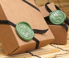 Hochzeit Gunst Box, Kraft-Square-Geschenkbox mit Gummiband Hochzeit Monogramm Wax Seal Ornament (Menge: 60)