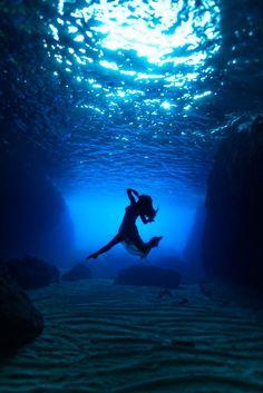 Photography by Kurt Arrigo Underwater Photoshoot, Underwater Art, Underwater Photography, Art Photography, Levitation Photography, Exposure Photography, Winter Photography, Black Stallion Horse, Cool Photos