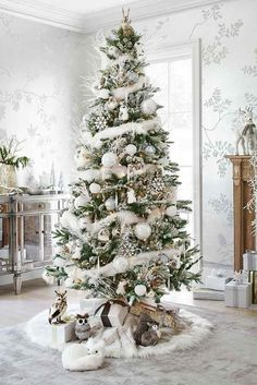 Here are best White Christmas Decor ideas. From White Christmas Tree decor to Table top trees to Alternative trees to Christmas home decor in White & Silver Beautiful Christmas Trees, Christmas Tree Themes, Noel Christmas, Xmas Decorations, Winter Christmas, All Things Christmas, Christmas Crafts, Country Christmas, White Christmas Trees