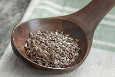 The difference and benefits to eating Hemp, Chia, and Flax seeds Health Diet, Health And Wellness, Health Fitness, Chia Vs Flax Seed, Lose Back Fat, Nutrition, Hemp Seeds, Chia Seeds, How To Dry Basil