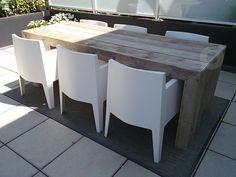 Tuintafel van steigerhout met mooie Philippe Starck stoelen