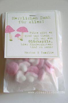 """Hier werden kleine """"Pilze"""" aus Schaumgummi zu einem liebevollen Dankeschön für die Kindergartenzeit. So kann man auf tolle Art """"Danke"""" sagen für die v"""