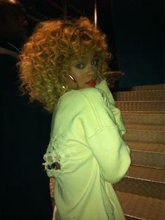 Love! Dark skin, blonde hair, red lips, gold earrings....... no words