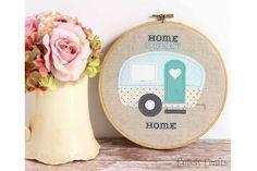 Kijk wat ik gevonden heb op Freubelweb.nl: een gratis werkbeschrijving om deze Home Sweet Home caravan te maken http://www.freubelweb.nl/freubel-zelf/zelf-maken-met-stof-en-borduurgaren-caravan/