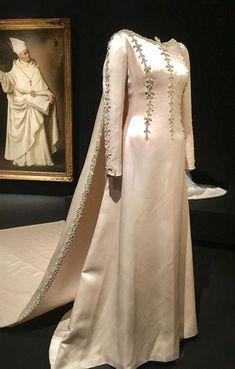 balenciaga_thyssen_rozas_village_6 Balenciaga, Givenchy, Valentino, Classy Wedding Dress, Wedding Dresses, Estilo Real, Royal Fashion, Costume Design, Vip