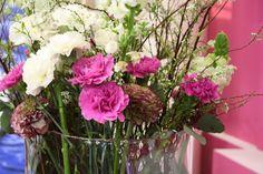 pink flowers in vase, Dekoration für Messestand in Hamburg