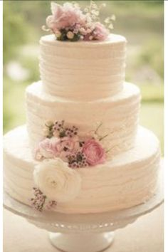 Beautiful wedding cake, the real flowers. Not sure if I like smooth or these edged?