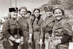 Mujeres soviéticas que participaron en la liberación de Crimea.  En el pueblo Simeiz, en la costa sur de la península de Crimea. 1944. Autor de la foto: Pavel Trochkine.