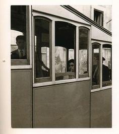 """Fotografia de Sena da Silva: Elevador, Lisboa, 1956/57 (impressão de António Paixão), prova de época, nº 36 do catálogo """"Uma Retrospectiva"""", Fundação de Serralves / Fotoporto; comissariado de Anrónio Sena / ether."""