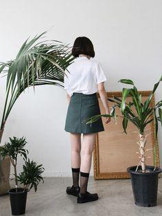 freckle, white short sleeve collar shirt + deep green linen skirt.