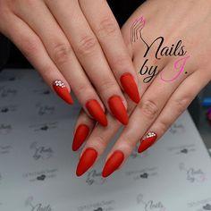 @maluchws wybrała klasyczną czerwień w macie❤️ blasku dodają jej cyrkonie Swarovski💎 @spnnails Gel LaQ 140 Carmen😻 #spnnails #nailsbyj #welovenails ❤️