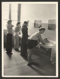 Helferinnen in the washroom