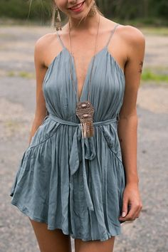 ▷ Boho Chic - everything you need to know about this cool fashion style .- ▷ Boho Chic – alles, was Sie über diesen coolen Modestil wissen müssen short boho dress in gray, woman with a casual updo - Boho Outfits, Boho Summer Outfits, Casual Summer, Dress Summer, Summer Wear, Summer 2016, Dress Outfits, Spring Summer, Look Boho