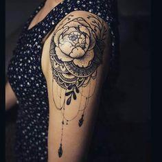 Tatouage femme epaule