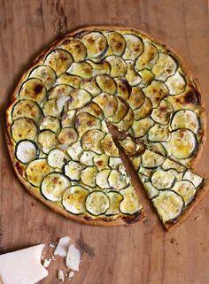 Pour une tarte encore plus jolie, mélangez des tranches de courgette verte et des tranches de courgette jaune !