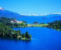 Lago Nahuel Huapi Este famoso lago es compartido por las provincias de Neuquén y Río Negro en Argentina, es un lago glaciar que se destaca principalmente por su profundidad y por sus siete brazos. Sus aguas, de un intenso color azul, sus islas y el paisaje que lo rodea lo convierten en uno de los lugares más atractivos del sur argentino.