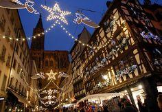 Los turistas visitan el tradicional Christkindelsmaerik (mercado de Cristo Niño), cerca de la catedral de Estrasburgo. Esta feria se celebra cada año desde 1570. Es la más antigua del mercado navideño francés. REUTERS