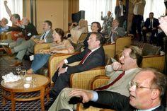Bei Deutschlands WM-Finaleinzug 2002 jubelte die komplette SPD-Führungsriege vorm Fernseher, statt den Bundesparteitag vorzubereiten: Wolfgang Thierse, Kurt Beck, Peter Struck, Klaus Wowereit, Ute Voigt, Gerhard Schröder, Franz Müntefering und Rudolf Scharping (v.l.). Foto: dpa.