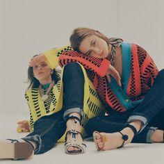 As modelos Ju Mendes e Larissa Marchiori vestem tricôs (R$ 800 cada) Tricoma; calças (R$ 265 cada) NØN; colares (R$ 1.290 cada) e sapatos (a partir de R$ 1.620), Lane Marinho (Foto: Helm Silva / Styling: Raquel Kavati)