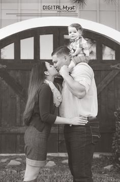 Family Picture Poses that work for any size family. Great ideas for moms or photographers looking for new family picture poses. Family Picture Poses, Fall Family Photos, Family Posing, Family Pictures, Picture Ideas, Family Portraits, Photo Ideas, Picture Outfits, Friend Pictures