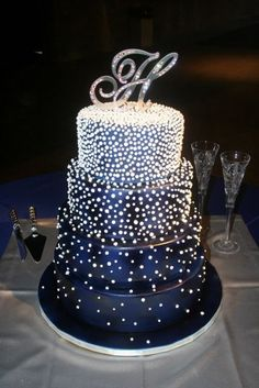 Royal blue wedding cakes: designs and decorations!