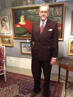 Ska man lägga bud på Stockholms Auktionsverks stora kvalitet måste man ha en gammal kostym från PUB så att man ser solvent ut. Och en säkerhetsslips med gummisnodd. (Hoppas det inte syns)