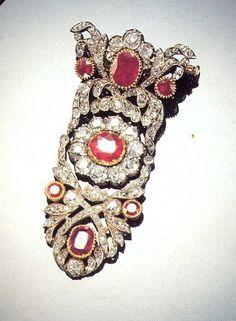 FRANCE_Broche de diamants et rubis de la Duchesse d'Angoulême. / Joyaux de la Couronne de France. (1816)