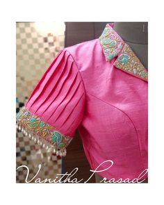 Beautiful pink color designer blouse with collar design. Blouse with hand embroidery work. Blouse sleeves with rice pearl hangings. Ending the end of the week at work with a remarkable design. Stylish Blouse Design, Fancy Blouse Designs, Bridal Blouse Designs, Blouse Neck Designs, Collar Designs, Kurta Designs, Latest Blouse Designs, Silk Saree Blouse Designs, Dress Designs