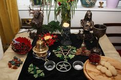 Yule altar >> Simple and pretty. Not cluttered and messy.Yule altar >> Simple and pretty. Not cluttered and messy. Wicca Altar, Pagan Yule, Wiccan Witch, Yule Log, Sabbats, Winter Solstice, Book Of Shadows, Just For You, Merry