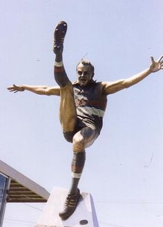 Statue of Teddy Whitten ( Footscray Football Club ) 1956 Olympics, Western Bulldogs, Water People, Australian Football, Close My Eyes, Football Match, Great Team, Olympic Games, We The People