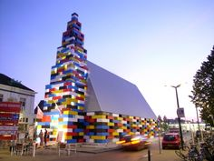 Abondantus Gigantus, by loos architects. A lego inspired pavilion built from concrete bricks that link together.